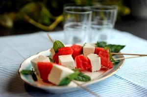 Färgstarka favoritspett. Vattenmelon, feta och mynta är en modern klassiker. Här som läcker munsbit.