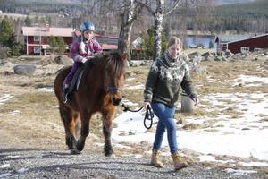 Islandshästen Jeppe har Madeleine Andersson på ryggen. Patricia Törnqvist från Per-Svensas turridning håller i tyglarna.