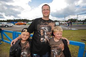 – Det häftigaste är när bilarna gör burnout, och när det ryker, säger Erik Matzen nio år. Med sig har han pappa Roger Matzen och brorsan Johan, åtta år.