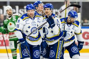 Foto: Niclas Jönsson/Bildbyrån. Jonas Ahnelöv jublar efter 2-2 under ishockeymatchen i SHL mellan Rögle och  Leksand.