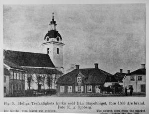 Storkyrkan fanns redan innan branden och klarade sig trots att taket till tornet började smälta. Den här bilden togs från Stapeltorget som låg ungefär där parkeringshuset till Gallerian Nian ligger nu. Foto: K. A. Sjöberg.