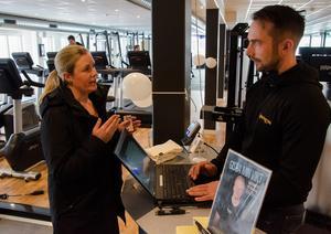 Emma Hallqvist har tidigare tyckt att det har tagit för mycket energi och tid att åka in till centrala Östersund och träna. Nu har hon ett gym i närheten av sitt hem. Därför skrev hon in sig som medlem när Sportsgym Frösön öppnade. VD Andreas Forss hjälpte henne med registreringen.