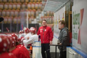 Anders Huss lättar upp stämningen under en av Timrå IK:s träningar i höstas. Johan Thelin skrattar i bakgrunden.