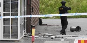Sprängningar och skjutningar hör till vad skribenten kallar den nya brottsligheten. På bilden är Polisens bombtekniker på plats vid S:t Afrems kyrka i Geneta efter en explosion riktad mot en festlokal. Foto: Pontus Stenberg/TT