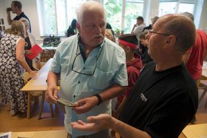 Nils-Erik Svensson och Åke Wårlin hittade klassfoton från deras skoltid under sena 50-tal.