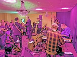 Fullt ös med Sven Zetterbergs musikervänner på hyllningskvällen för Sven och hans musikgärning. Foto: Kent Eriksen/Karlskoga Rock och Bluesförening