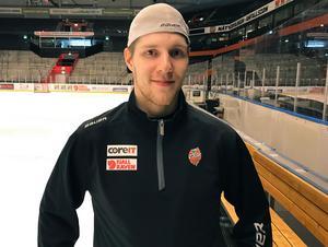 Henri Auvinen är Modos senaste tillskott – en 24-årig back som har sina styrkor i defensiven. På tisdagen gjorde han sin första träning i Ö-vik och på onsdagen ser han ut att få göra debut när Modo tar sig an Tingsryd.