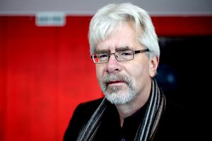 Under de senaste fyra åren har Socialdemokraterna samarbetat med Miljöpartiet och Centern. Nu vill Centerns Carl-Ewert Ohlsson avvakta och inte binda sig i väntan på diskussionerna om ett nytt majoritetsstyre i Sandviken.