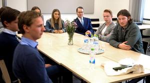 Prins Daniel gick mellan de två klassrummen där samtalen pågick och lyssnade på elevernas frågor.