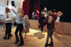 Annika Persson, Susanna Norlén och Nalle ledde musik- och rörelsestunden.