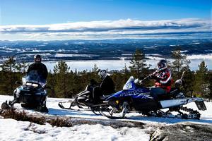 Friåkning utanför leder är den trend som växer snabbast bland Svenska snöskoteråkare. Oftast är det fjällen med sina branter som lockar.