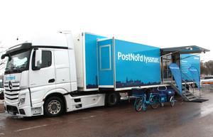 Postnords lastbil utanför Kupolen i Borlänge.