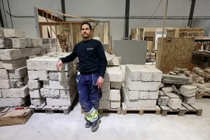 Bachar Hamza ser sig som snickare i första hand, men drar sig inte för andra jobb i byggindustrin.