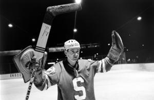 Här firar legendaren Kjell Svensson efter en seger mot Frölunda 1967. Men i dag hejar han mer på barnbarnet Anton Svensson än på SSK. Bild: Bildbyrån.
