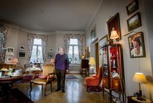 På vardagsrummets ena vägg kikar hustrun Kerstin ner från ett inramat fotografi. Hon avled 2009, och är saknad.