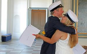 Albin Alf och Jenni Allén var de två första att få ta emot betyg, blommor och kramar. Efteråt kramar de varandra.