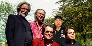 Mikael Ramels band (han har tonade brillor, nedre raden till vänster) består av Göran Lagerberg, Kenny Håkansson, Göran Lagerberg, Benna Sörman och Mats Öberg. Ingen i bandet spelade 1972 på albumet