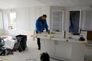 Ett av husen håller precis på att färdigställas i väntan på att den nya ägaren ska flytta in.