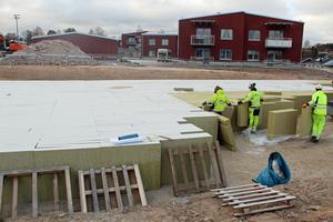 Varje block väger 20 kilo. Totalt läggs 600 kubikmeter stenull på plats i det nya dagvattenmagasinet.
