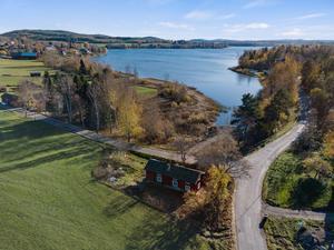 En fin översiktsbil på ett charmigt fritidshus i trevlig miljö. Foto: Svensk Fastighetsförmedling