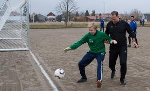 En fotbollsmatch där lärarna genom hela matchen hade ett lätt övertag.