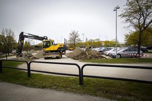 Just nu gräver man för den nya infarten i södra änden av stadshusparkeringen.