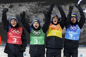 Ett jublande svenskt stafettlag efter det säkrade OS-guldet. Bild: Gregorio Borgia/AP Photo