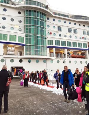 Fartyget la till vid Sundsvalls hamn i Tunadal där chartrade bussar väntade. Bild: Birka cruises