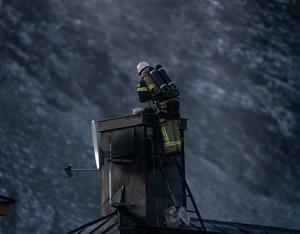 En brandman bekämpar sotelden i skorstenen. Foto: Axel Ljuden/läsarbild