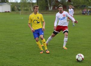 David Larsson gjorde Lillhärdals första mål i derbyt mot Hede. Här i en duell med Mattias Bergström.