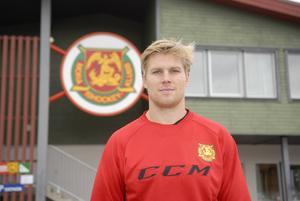 Anders Danielsson gjorde elitseriedebut med Mora IK som 18-åring. När han var 20 år, lämnade han Mora, men är nu tillbaka, om än på ett lån från division 1-klubben Hudiksvall.