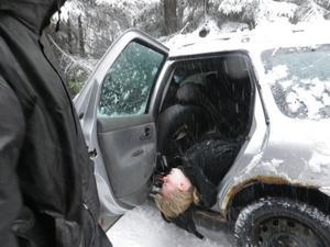 Måndagens katastrofövning utfördes i snö och kyla. En bil hade kört av vägen och flera personer var skadade, dessutom hade bilen börjar ryka misstänkt.