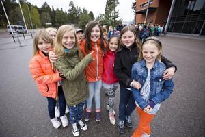 – De är så bra! För att de är från det glada Hudik, säger Saga Jonsson. Här omgiven av från vänster i bild Fanny Östby Olsson, Felicia Larsson, Katarina Eriksson, Stina Kring och Astrid Lindh. Alla går i årskurs fyra på Näsvikens skola.