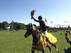 Anna Nilsson och Candy Girl rider ärovarv efter prisutdelningen.