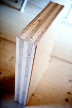Husets väggar består av Stora Ensos massivträskivor, även kallade CLT-skivor som är byggda på ett sätt som minskar träets rörlighet.