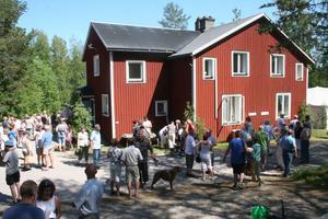 3. Mycket folk söktre sig till den gamla skolan som nu är idrottsföreningens gård.