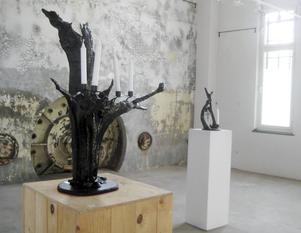 Tryggve Bohlin har gjort skulpturer av trädrötter som nu står i gamla kraftverkets lokaler i Ljusne.