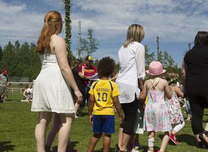 Trots att Sverige åkte ur fotbolls-EM gick det att hitta supportrar runt midsommarstången i Marma.
