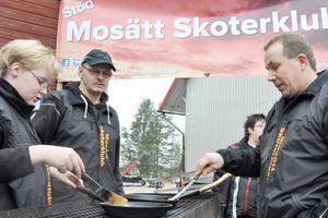 Tony Jonasson från Tumba, med stuga i Överberg, har köpt skoter av Morgan Eriksson.