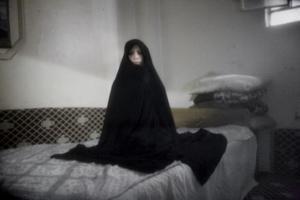 Mona, 39, kom till Damaskus i Syrien från Irak 2005. Då hade hon suttit ett år i amerikanskt fängelse där hon blivit torterad.