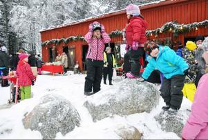 Barnen lekte i stenpartiet på gården. Just här är Sigrid Ivansson, 5, från Hålland, herre på täppan.