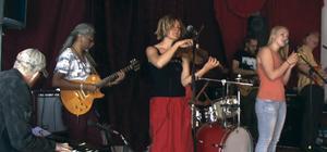One Step on stage. På fredag kväll spelar niomannabandet på Gillersklack.