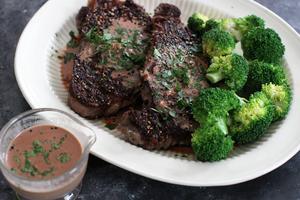 Skatt på kött skulle antagligen öka efterfrågan på vegetariska alternativ, skriver Sanna Ekedahl och Mathilda Jerenius.