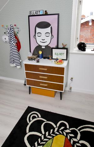Gillar att fixa till. Heidi fräschar gärna upp möbler själv, som den här byrån i Elliots rum.