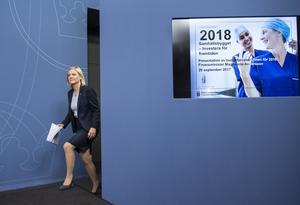 Centern tycker att finansminister Magdalena Andersson strösslar pengar i budgeten.
