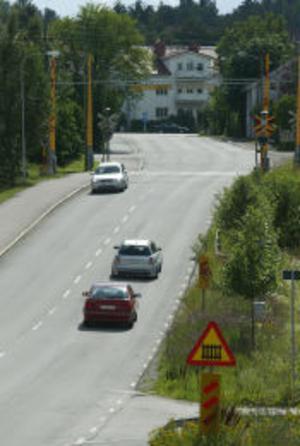Inga beslut är fattade när det gäller den framtida trafiklösningen där Sidsjövägen passerar järnvägen. Trots det pågår Banverkets projekteringen för en underfart av järnvägen. Något som oroar de som bor i området.