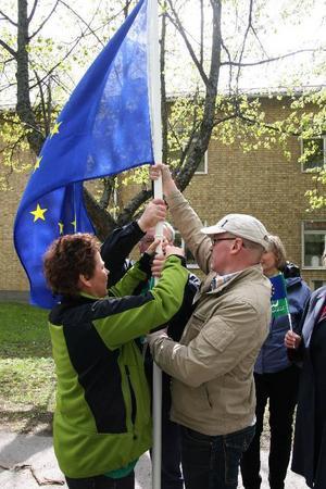 EU-flaggan justeras av Monica Henriksson, Åre, Thomas Andersson, Östersund och Jan-Erik Eriksson, Berg.