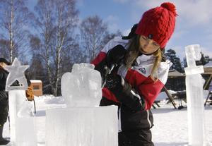 Fest för alla. Isfestivalen Isstjärnan på Sörälgens is ska vara lockande för alla. I år har etablerade konstärer liksom amatörer och många barn skapat i is. Här jobbar Mikaela Cederlöf med ett äpple. BILD: BIRGITTA SKOGLUND