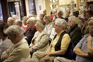 STOR UPPSLUTNING. Ett 30-tal pensionärer kom för att ställa frågor till landstingspolitiker och chefen för Skutskärs vårdcentral.
