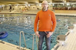 """Ambulans har fått tillkallas när flyktingbarn som inte kan simma har råkat illa ut på Lögarängsbadet. """"Baden ska vara öppna för alla och vi vill att de kommer hit. Men när flera inte kan simma måste det vara fler medföljare"""", säger Stefan Tielinen på Västeråsbaden."""
